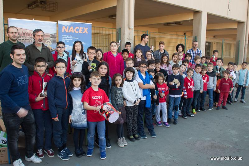 Los alumnos de las escuelas disfrutan del ajedrez y los regalos en el torneo de navidad del club